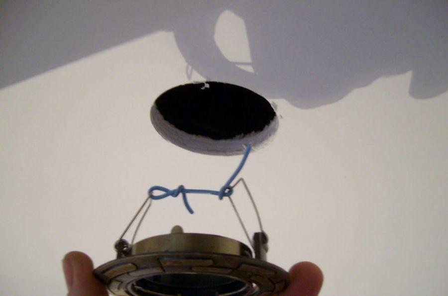 Как поменять светодиодную лампочку в точечном светильнике