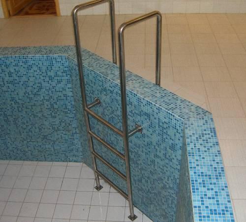 Лестница из полипропиленовых труб для бассейна