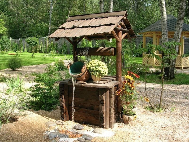 Непосредственно вблизи источника водоснабжения можно посадить декоративно-лиственные и красивоцветущие садовые культуры