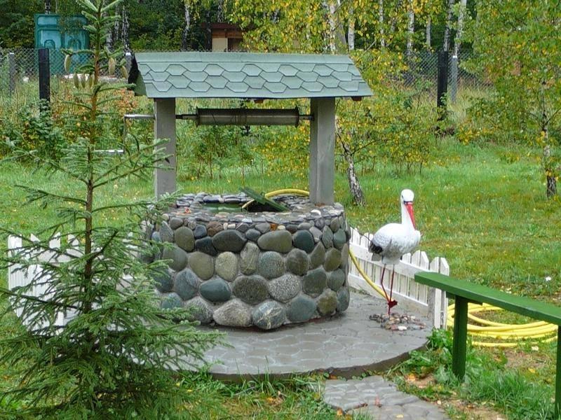 Самым дешевым решением вопроса, как качественно и красиво обустроить верхнюю часть придомовой колодезной системы своими силами – это выполнение облицовки бетонного кольца водозаборной конструкции